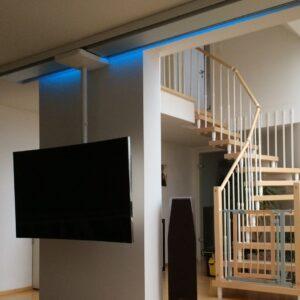 TV-Halterung mit Fernseher in Wohnzimmer | Blaue LED Beleuchtung